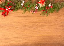 Состав рождества на время рождества Ветви ели и украшения рождества на деревянной предпосылке Плоское взгляд сверху положения Стоковые Изображения
