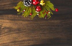 Состав рождества на время рождества Ветви ели и украшения рождества на деревянной предпосылке Плоское взгляд сверху положения Стоковое фото RF