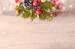Состав рождества на время рождества Ветви ели и украшения рождества на деревянной предпосылке Плоское взгляд сверху положения Стоковая Фотография RF