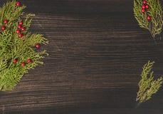 Состав рождества на время рождества Ветви ели и украшения рождества на деревянной предпосылке Плоское взгляд сверху положения Стоковая Фотография