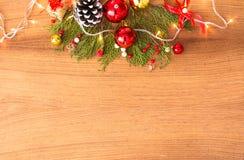 Состав рождества на время рождества Ветви ели и украшения рождества на деревянной предпосылке Плоское взгляд сверху положения Стоковые Изображения RF