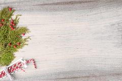 Состав рождества на время рождества Ветви ели и украшения рождества на деревянной предпосылке Плоское взгляд сверху положения Стоковое Фото