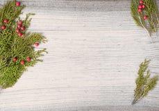 Состав рождества на время рождества Ветви ели и украшения рождества на деревянной предпосылке Плоское взгляд сверху положения Стоковое Изображение RF