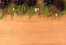 Состав рождества на время рождества Конусы сосны, ветви ели и украшения рождества на деревянной предпосылке Стоковые Изображения RF