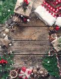 Состав рождества на деревянной винтажной предпосылке Взгляд сверху, плоское положение стоковое фото rf