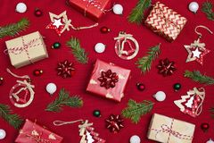 Состав рождества подарков и украшения на красном bac ткани стоковая фотография rf