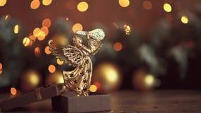 Состав рождества Подарок, украшения рождества золотые, ветви кипариса, конусы сосны на белой предпосылке o сток-видео