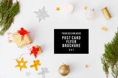 Состав рождества рогульки ветви ели, конусы и украшения рождества на белой предпосылке Плоское взгляд сверху положения Стоковые Изображения RF