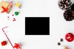 Состав рождества рогульки конусы и украшения рождества на белой предпосылке Плоское взгляд сверху положения Стоковые Фотографии RF