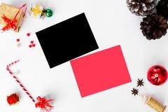 Состав рождества рогульки конусы и украшения рождества на белой предпосылке Плоское взгляд сверху положения Стоковое Фото