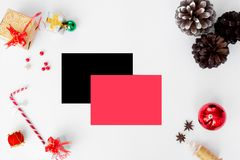 Состав рождества рогульки конусы и украшения рождества на белой предпосылке Плоское взгляд сверху положения Стоковое Изображение RF