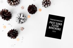 Состав рождества рогульки конусы и украшения рождества на белой предпосылке Плоское взгляд сверху положения Стоковое фото RF