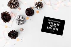 Состав рождества рогульки конусы и украшения рождества на белой предпосылке Плоское взгляд сверху положения Стоковые Изображения RF