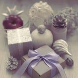 Состав рождества сюрреализма с подарочной коробкой с материалами смычка ленты сатинировки для украшать рему игрушки рождества Стоковое Изображение