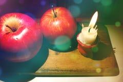 Состав рождества с красными яблоками и крошечной, который сгорели свечой спуска стоковая фотография rf