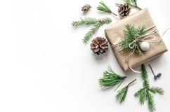 Состав рождества с подарком на белой предпосылке эко-стиль Предпосылка рождества для представления работы или Стоковые Фотографии RF