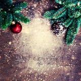 Состав рождества с праздничным украшением, ветвь сосны, стоковая фотография rf
