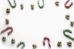 Состав рождества с сладостным льдом на белой предпосылке Предпосылка рождества для представления работы или текста Стоковая Фотография
