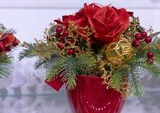 Состав рождества с цветками, ягодами и украшениями стоковые фотографии rf