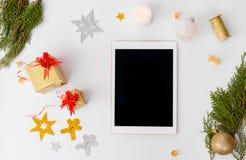 Состав рождества таблетки ветви ели и украшения рождества на белой предпосылке Плоское взгляд сверху положения Стоковые Изображения RF