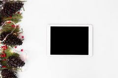 Состав рождества таблетки ветви ели и украшения рождества на белой предпосылке Плоское взгляд сверху положения Стоковое Изображение RF
