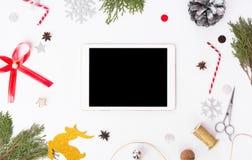 Состав рождества таблетки ветви ели, конусы и украшения рождества на белой предпосылке Плоское взгляд сверху положения Стоковые Фотографии RF