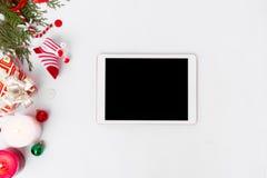 Состав рождества таблетки ветви ели, конусы и украшения рождества на белой предпосылке Плоское взгляд сверху положения Стоковое Изображение RF