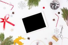 Состав рождества таблетки ветви ели, конусы и украшения рождества на белой предпосылке Плоское взгляд сверху положения Стоковое фото RF