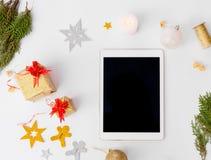 Состав рождества таблетки ветви ели, конусы и украшения рождества на белой предпосылке Плоское взгляд сверху положения Стоковые Изображения RF