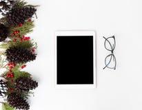 Состав рождества таблетки ветви ели, конусы и украшения рождества на белой предпосылке Плоское взгляд сверху положения Стоковое Фото
