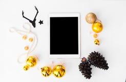 Состав рождества таблетки конусы и украшения рождества на белой предпосылке Плоское взгляд сверху положения Стоковое фото RF