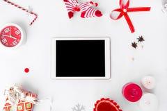 Состав рождества таблетки Подарки и украшения рождества на белой предпосылке Плоское взгляд сверху положения Стоковое Фото
