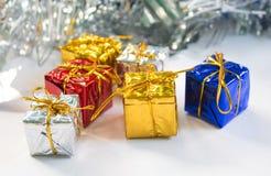 Состав рождества или Нового Года Серебряная предпосылка ленты Подарочные коробки рождества Стоковые Изображения