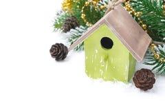 Состав рождества с ветвями ели, конусами сосны и birdhouse Стоковое Изображение