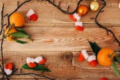 Состав рождества с гирляндой и tangerines стоковое изображение rf
