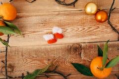 Состав рождества с гирляндой и tangerines стоковая фотография