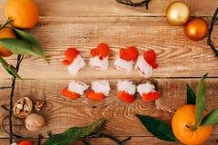 Состав рождества с гирляндой и tangerines стоковые фотографии rf