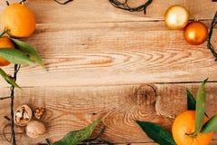 Состав рождества с гирляндой и tangerines стоковые фото