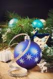 Состав рождества с голубым шариком рождества Стоковое Изображение RF