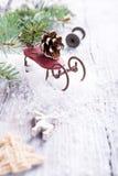 Состав рождества с санями, pinecone и украшением Стоковое Изображение RF