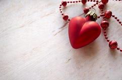 Состав рождества с сердцем игрушки ели рождества красным и ожерелье на деревянной предпосылке Backglound дня валентинок Стоковые Фотографии RF