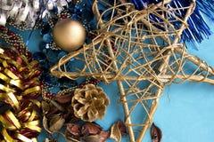 Состав рождества с сияющими украшениями на голубой предпосылке Стоковые Фото