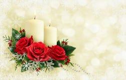 Состав рождества с цветками и свечами красной розы на holid Стоковое Изображение RF