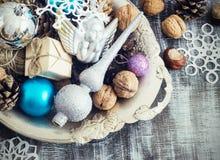 Состав рождества шариков, конусов и снежинок в шаре металла сбор винограда типа лилии иллюстрации красный тонизировать Стоковые Изображения