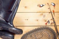 Состав рыбной ловли с различным двигая под углом оборудованием на деревянном bac Стоковые Изображения RF