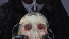 Состав Санты Muerte, девушка с скелетом, целует череп сток-видео