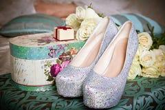 Состав свадьбы настроил с bridal ботинками, giftbox и розами Стоковое Изображение RF