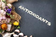 Состав свежего чеснока на каменном countertop Стоковая Фотография