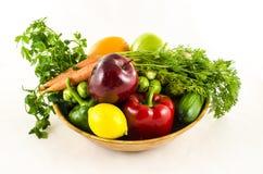Состав свежих фруктов и овощей в деревянном шаре стоковая фотография rf