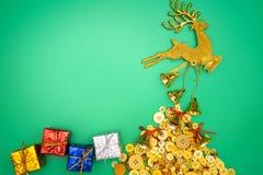 Состав северного оленя золота рождества Подарок рождества, северный олень золота и колокол на зеленой предпосылке Плоское положен стоковая фотография rf